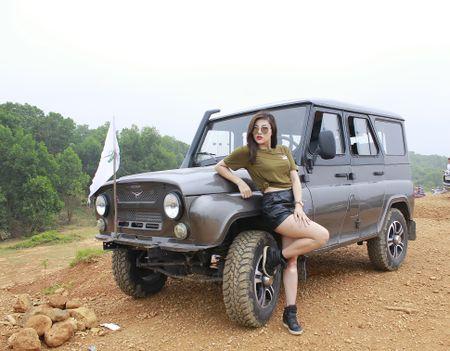 """Hotgirl Thu """"gach' do dang ben chiec xe hoai co UAZ Hunter - Anh 2"""