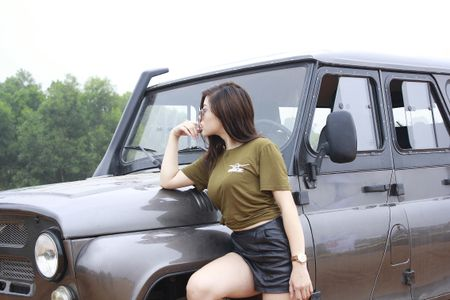 """Hotgirl Thu """"gach' do dang ben chiec xe hoai co UAZ Hunter - Anh 3"""