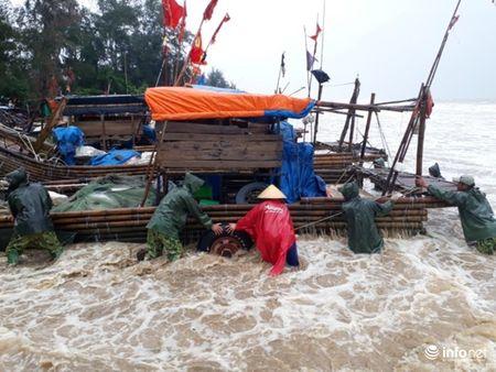 Thanh Hoa: Nguoi dan dam mua keo be tranh bao - Anh 3