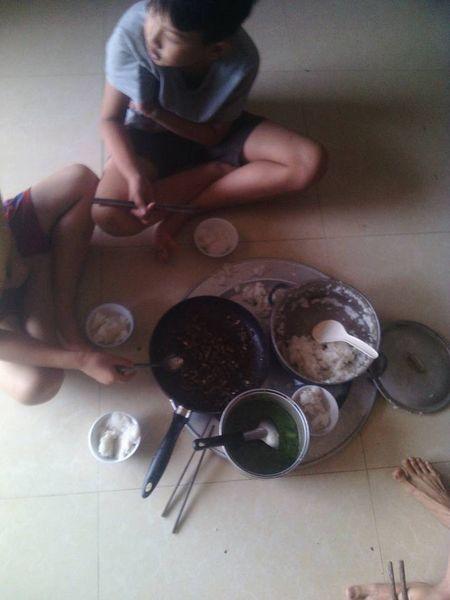 Bua com dam bac ngay bao khien bao nguoi rung rung thuong ve mien Trung - Anh 2
