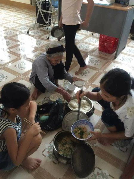 Bua com dam bac ngay bao khien bao nguoi rung rung thuong ve mien Trung - Anh 5