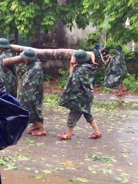 Ha Tinh va Quang Binh dang gong minh trong bao - Anh 16