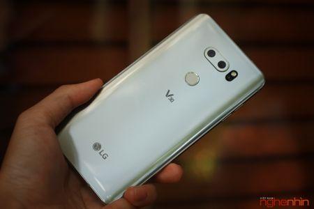 Tren tay LG V30: dep hon V20 nhung khong ca tinh nhu doi dau - Anh 1