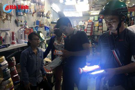 Nguoi dan Ha Tinh chen nhau mua thiet bi tich dien 'don' bao - Anh 1