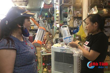 Nguoi dan Ha Tinh chen nhau mua thiet bi tich dien 'don' bao - Anh 3