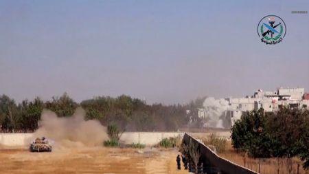 Quan doi Syria bang qua Euphrates danh IS, nguoi Kurd dua chiem dat (video) - Anh 1
