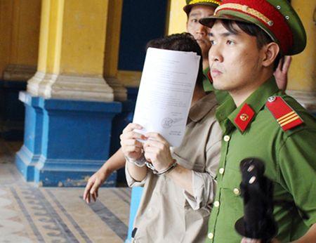 'Doanh nhan' ngoai quoc mang 56 kg cocain vao Viet Nam - Anh 1
