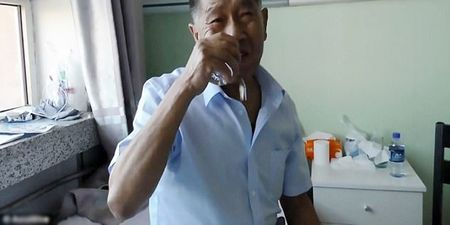 Chuyen la ve ong lao 'rang sat' nghien an thuy tinh - Anh 1