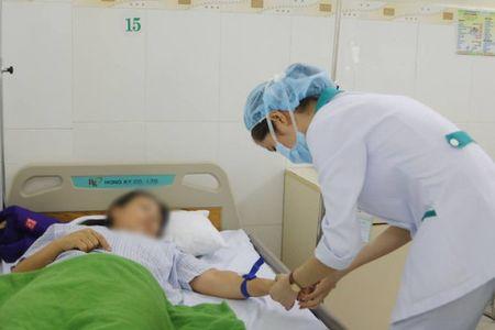 Cap cuu kip thoi 9 du khach bi ngo doc thuc pham o Da Nang - Anh 1