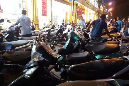 Duong Lang: Xe may de tran xuong long duong quanh nha sach Tien Tho - Anh 1