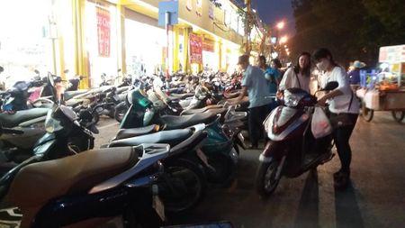 Duong Lang: Xe may de tran xuong long duong quanh nha sach Tien Tho - Anh 2