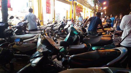 Duong Lang: Xe may de tran xuong long duong quanh nha sach Tien Tho - Anh 3