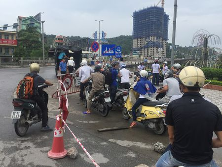 Quang Ninh: Anh huong cua bao so 10, cam xe may luu thong qua cau Bai Chay - Anh 2