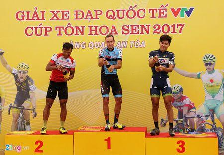 Chang 12 VTV Cup 2017: Dut xich giua duong, cua-ro Phap bi xe Ao vang - Anh 3