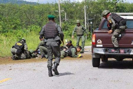 Phien quan danh bom xe quan doi Thai Lan khien 21 nguoi thuong vong - Anh 1