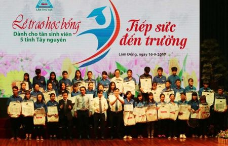 Trao 177 hoc bong 'Tiep suc den truong' cho tan sinh vien Tay Nguyen - Anh 1