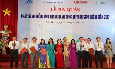 Ra quan phat dong 'Thang hanh dong ATGT' trong HSSV nam 2017 - Anh 1