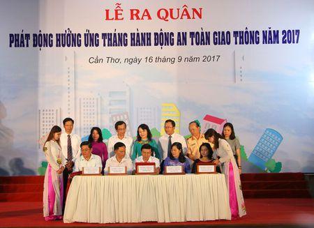 Ra quan phat dong 'Thang hanh dong ATGT' trong HSSV nam 2017 - Anh 3