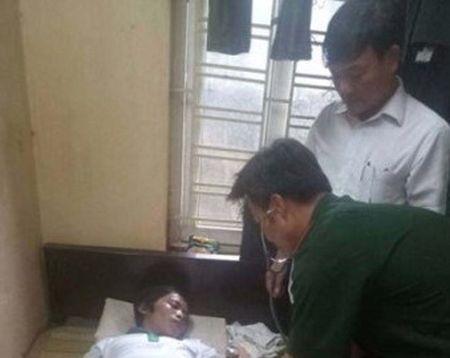 Thanh Hoa: tau ca ngu dan tru bao cuu duoc 2 ngu dan troi dat tren bien - Anh 1