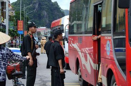 Canh sat Quang Ninh kiem tra hang loat oto, truy tim tu tu vuot nguc - Anh 1