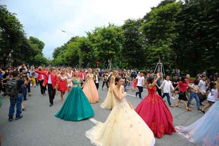 Mac mua gio, nhung vu cong Carnival boc lua van 'quay' nhiet tinh 'nao loan' pho di bo Ho Guom - Anh 10