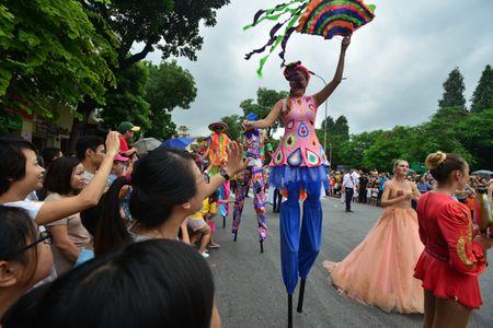 Mac mua gio, nhung vu cong Carnival boc lua van 'quay' nhiet tinh 'nao loan' pho di bo Ho Guom - Anh 11
