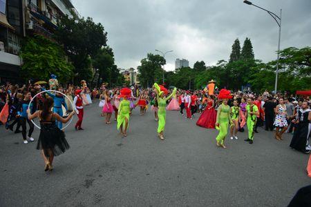 Mac mua gio, nhung vu cong Carnival boc lua van 'quay' nhiet tinh 'nao loan' pho di bo Ho Guom - Anh 12