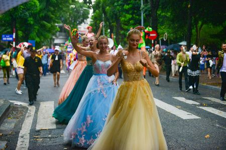 Mac mua gio, nhung vu cong Carnival boc lua van 'quay' nhiet tinh 'nao loan' pho di bo Ho Guom - Anh 14