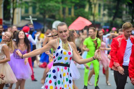 Mac mua gio, nhung vu cong Carnival boc lua van 'quay' nhiet tinh 'nao loan' pho di bo Ho Guom - Anh 15