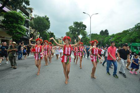 Mac mua gio, nhung vu cong Carnival boc lua van 'quay' nhiet tinh 'nao loan' pho di bo Ho Guom - Anh 2