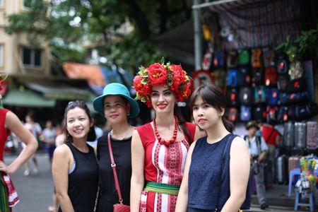 Mac mua gio, nhung vu cong Carnival boc lua van 'quay' nhiet tinh 'nao loan' pho di bo Ho Guom - Anh 9