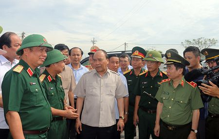 Ho tro nhan dan Quang Binh, Ha Tinh 3.000 tan gao sau bao - Anh 1