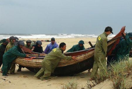 Thanh Hoa: Cuu song 2 thuyen vien troi dat tren bien - Anh 1