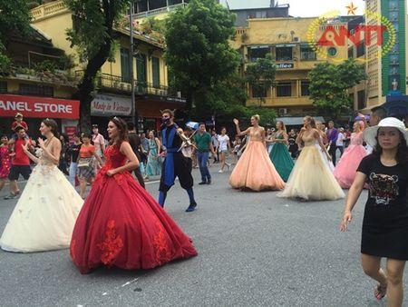 Ha Noi: Show Carnival dau tien khuay dong pho di bo Ho Guom - Anh 10
