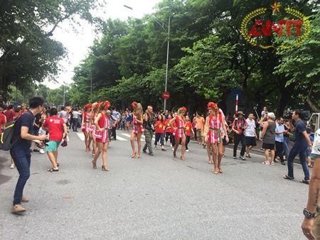Ha Noi: Show Carnival dau tien khuay dong pho di bo Ho Guom - Anh 12