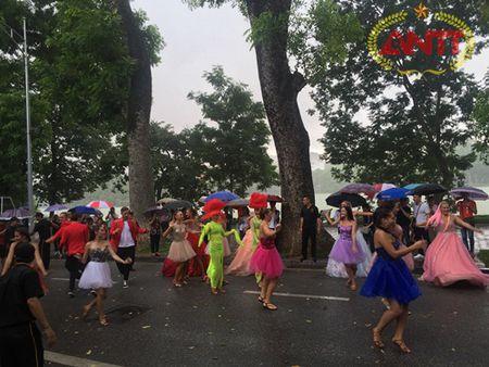 Ha Noi: Show Carnival dau tien khuay dong pho di bo Ho Guom - Anh 15
