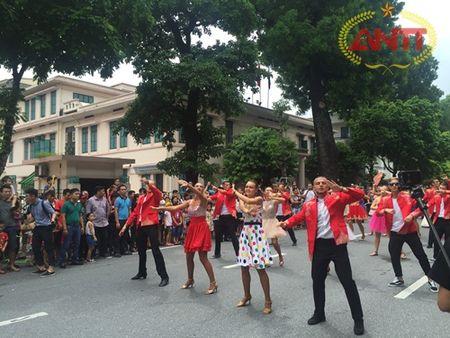 Ha Noi: Show Carnival dau tien khuay dong pho di bo Ho Guom - Anh 1