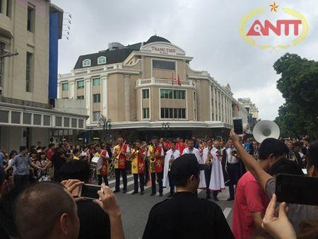Ha Noi: Show Carnival dau tien khuay dong pho di bo Ho Guom - Anh 2