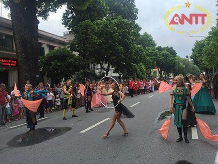 Ha Noi: Show Carnival dau tien khuay dong pho di bo Ho Guom - Anh 4