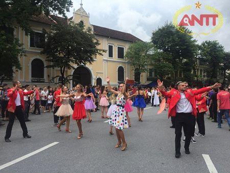 Ha Noi: Show Carnival dau tien khuay dong pho di bo Ho Guom - Anh 5