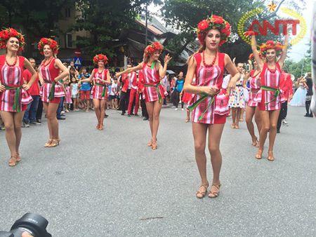 Ha Noi: Show Carnival dau tien khuay dong pho di bo Ho Guom - Anh 7