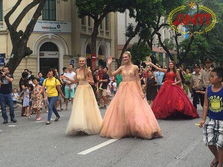 Ha Noi: Show Carnival dau tien khuay dong pho di bo Ho Guom - Anh 9