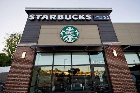 Starbucks co san sac khong day, cam iPhone X, iPhone 8 ngoi ca ngay khong can mang sac - Anh 1