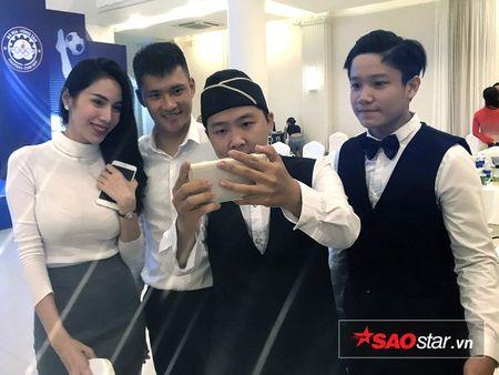 Cong Vinh noi hung tang bong khien cau thu tre tram tro - Anh 2