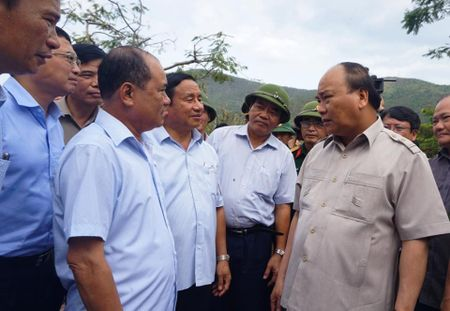 Thu tuong Nguyen Xuan Phuc den Ky Anh kiem tra, chi dao khac phuc hau qua bao so 10 - Anh 4