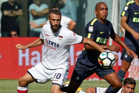 Inter Milan co chien thang chat vat 2 - 0 truoc Crotone - Anh 1