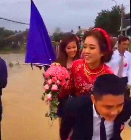 Dam cuoi HOT ngay bao: Chu re loi nuoc, hanh phuc cong co dau gay 'sot' mang - Anh 1