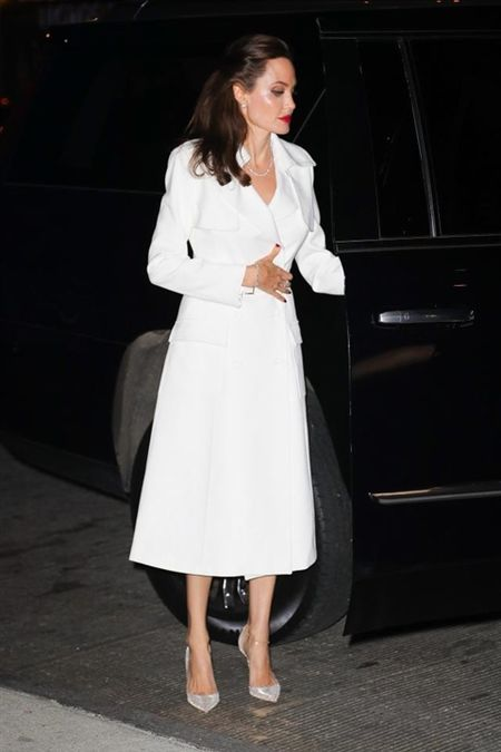 Angelina Jolie khoe hinh xam 'rang buoc' co voi Brad Pitt - Anh 10