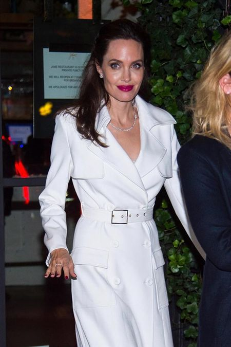 Angelina Jolie khoe hinh xam 'rang buoc' co voi Brad Pitt - Anh 11