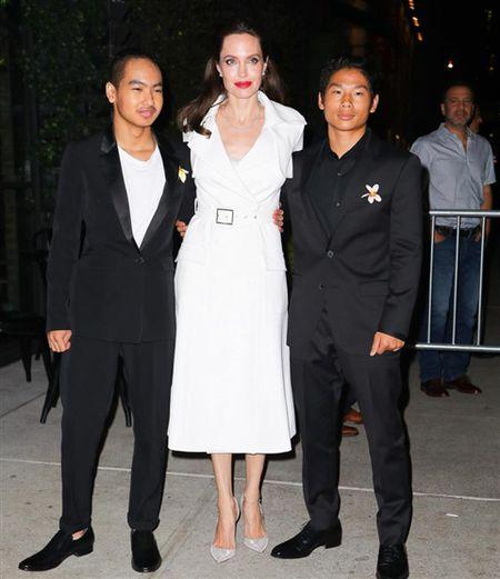 Angelina Jolie khoe hinh xam 'rang buoc' co voi Brad Pitt - Anh 12
